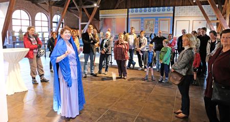 Silona-Führung, stilvoll in römischer Gewandung, erzählt die spannende Geschichte der Palastvilla von Bad Kreuznach sowie zum Thema des Abends über Wein.  Foto:. Diether v. Goddenthow