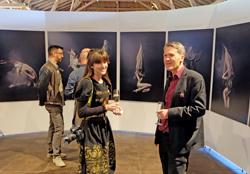 Museumsdirektor Marco van Bel mit der Künstlerin Viona Ielegem bei der Eröffnung. Foto:. Diether v. Goddenthow