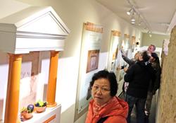 Unterhalb des Gladiatoren-Mosaiks, gibt es einen Blick ins Innere der Fußbodenheizung und einen Ausstellungsrundgang.Foto:. Diether v. Goddenthow