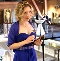 Nahe-Weinprinzessin Jula Peitz informiert über Wein, seine (römische) Geschichte und den Anbau von heute. Foto:. Diether v. Goddenthow