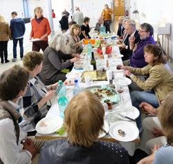 Zum Picknick der Künstler Gruppe Nahe im Install hatte jeder etwas anderes dazu gesteuert. Foto:. Diether v. Goddenthow