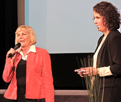 Zum letzten Mal mit dabei: Claudia Dillmann, die langjährige Direktorin des Deutschen Filmmuseums, Frankfurt, hier mit Gaby Babic. Foto: Diether v. Goddenthow