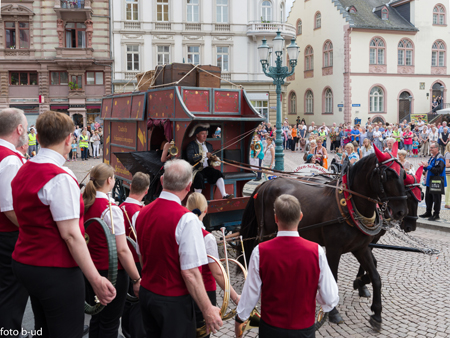 Ein Highlight des Wiesbadener Kutschenkorsos 2017:  der Gauklerwagen aus Zeiten Emanuel Schikaneders Foto: Bernd-Ulrich Deutschmann