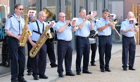 """Das Landespolizeiorchester """"Men in Blue"""" eröffnete mit Celebration von """"Kool & the Gang"""", intonierte abschließend die Nationalhymne und umrahmte musikalisch den anschließenden Empfang. Foto:. Heike  v. Goddenthow"""