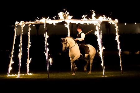 Der mit dem Feuer spielt – der Feuerreiter ist ein Highlight der Wiesbadener Pferdenacht. Foto: WRFC · Toffi