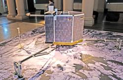 Das ist nicht Rosetta, sondern sein Arbeiter, die  Landesonde Philäe, ein Modell in Originalgröße. Foto:. D. v. Goddenthow © atelier-goddenthow