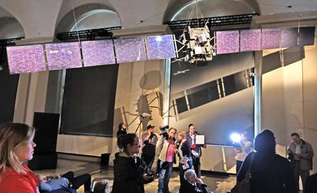 1 : 1 Modell der Sonde Rosetta mit ausgeklappten Sonnenflügeln im Großen Saal des Landesmuseum Darmstadt. Foto:. D. v. Goddenthow © atelier-goddenthow