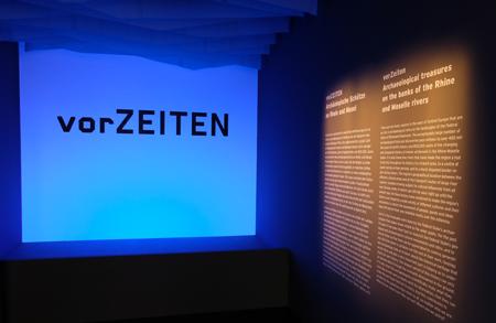 """""""vorZeiten. Archäologische Schätze an Rhein und Mosel"""" : Der Eingang zum Zeittunnel 400 Mio. Jahre Menschheitsgeschichte mit neun Schwerpunktthemen in 16 Kabinetten im Landesmuseum Mainz. Foto:. D. v. Goddenthow © atelier-goddenthow"""