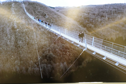 """Im Zentrum für Baukultur konnten sich Besucher unter anderem über die längste europäische Fußgänger-Hängeseilbrücke """"Geierlay"""" in Mörsdorf (Hunsrück) informieren.Foto: Diether v. Goddenthow"""