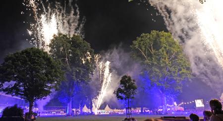 Abschlussfeuerwerk auf der 22. Pferdenacht im Biebricher Schlosspark anlässlich des 81. Internationalen Wiesbadener Pfingstturniers Foto: Diether v. Goddenthow