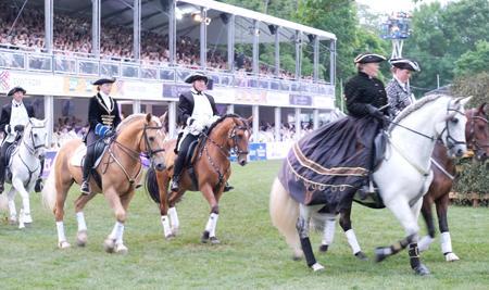 Barockpferde mit Reitern in herrlicher Kostümpracht flanierten im spanischen Schritt. Foto: Diether v. Goddenthow © atelier-goddenthow