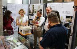 Dr. Annette Ludwig, Leiterin des Gutenberg-Museums erläutert  Besuchern den Museumsneubau, den geplanten Gutenberg-Turm.Foto: Diether v. Goddenthow