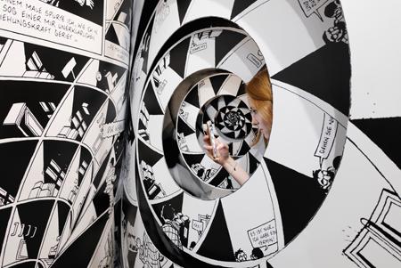 Die Ausstellung Kartografie der Träume. Die Kunst des Marc-Antoine Mathieu führt in das Werk dieses außergewöhnlichen Erzählers ein und erweitert die Leseerfahrung der Irritation, des Labyrinthischen und Surrealen in den (Museums-)Raum hinein. Vom 3. Juni bis zum 15. Oktober 2017 baut die Architektur von Kartografie der Träume den Besucherinnen und Besuchern eine Brücke zu Mathieus Comic-Kosmos. Foto: Diether v. Goddenthow © atelier-goddenthow