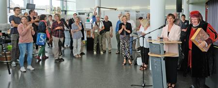 Kulturdezernentin Marianne Grosse, unterstützt von Johannes Gutenberg, eröffnet die Mainzer Minipressen-Messe im Foyer der Rheingold-Halle am 29. Juni 2017 gegen 14 Uhr.
