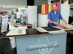 Museum Papiermühle Homburg. Johannes Follmer informiert nicht nur an seinem Stand, sondern zeigt als Sonderaktion an allen Messetagen wie Papierschöpfen geht. Foto: Diether v. Goddenthow