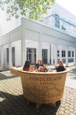 """Fondueland Gstaad, Riesen-Caquelon, Installation in der Ausstellung """"Picknick-Zeit"""", 2017, Foto: Anja Jahn, © Museum Angewandte Kunst, Frankfurt am Main"""