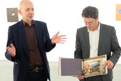 Thomas Werner (li) und Museumsdirektor Dr. Alexander Klar während des Presserundgangs. Foto: Diether v. Goddenthow