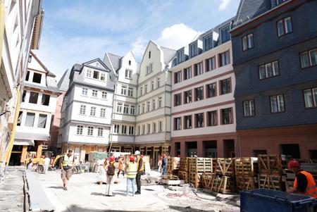 Der Hühnermarkt mit rekonstruierten prachtvollem Architektur-Ensemble der neuen Frankfurter Altstadt. Foto: Diether v. Goddenthow