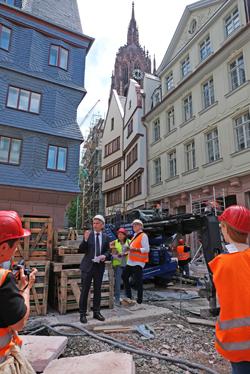 Oberbürgermeister Peter Feldmann erläutert die Bedeutung des Krönungsweges zum Dom im Hintergrund. Foto: Diether v. Goddenthow