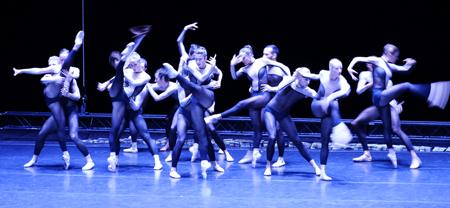 """Dresden Frankfurt Dance Company tanzt """"Kosmos Stress Dance"""" nach einer packenden Inszenierung aus dem Werk von Moto Perpetuo. Foto: Diether v. Goddenthow © atelier-goddenthow"""