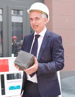 Oberbürgermeister Peter Feldmann ist stolz auf das besondere Basaltpflaster, Foto: Diether v. Goddenthow