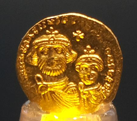 """""""Solidus, die byzantinische Gold-Münze ist hauchdünn und wiegt lediglich 3,7 g. (Feingehalt Au 98,12. Ag 1,147, Cu 0,19. Pd 0,23 (Mikro-RFA, RGZM)). Foto: Diether v. Goddenthow © atelier-goddenthow"""