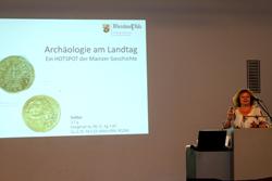 Dr. Marin Witteyer, Leiterin der Direktion Landesarchäologie, präsentiert die byzantinische Goldmünze vor vollem Haus.  Foto: Diether v. Goddenthow