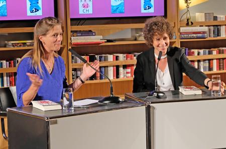 Sandra Kegel mit Sasha Marianna Salzmann. Foto: Diether v. Goddenthow