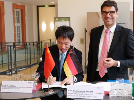 Salvatore Barbaro, der auch Regierungsbeauftragter für das UNESCO-Welterbe Rheinland-Pfalz ist, und Hu Shishe unterzeichneten heute einen Kooperationsvertrag zwischen der GDKE und der CPAFFC. Foto: Diether v. Goddenthow © atelier-goddenthow