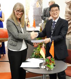 Dr. Birgit Heide, Direktorin des Landesmuseums Mainz und Dr. Wang Yongkang, Oberbürgermeister von Xi'an  besiegeln nach der Unterzeichnung die Kooperationsvereinbarung symbolisch noch einmal mit einem Handschlag. Foto: Diether v. Goddenthow © atelier-goddenthow