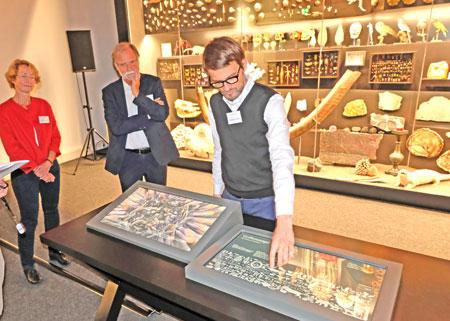 Sebastian Oschatz demonstriert vor der Presse die Funktionsweise der per Touchscreen bedienbaren digitalen Stationen zur Erkundung der Objekte. Foto: Diether v. Goddenthow