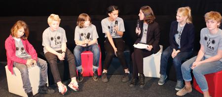 Kinder- und Jugend-Juroren im Interview mit Festivalleiterin Julia Fleißig. Foto: Diether v. Goddenthow