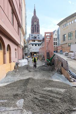 Es geht voran. Der Krönungsweg, vom Frankfurter Römer zum Dom gesehen, wird in diesen Tagen mit  Basalt-Pflastersteinen  barrierefrei gepflastert. Foto: Diether v. Goddenthow