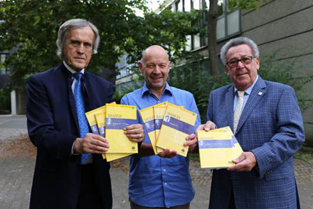Von links nach rechts: Dr. Peter Hanser-Strecker (Verlag Schott Music), Dieter Schacht (Schulleiter), Peter E. Eckes (Kulturfonds Peter E. Eckes)