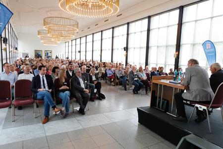 """Veranstaltungs-Impression der Buchpräsentation """"Le Mensch"""" in den Kurhaus-Kolonnaden Wiesbaden, veranstaltet von der Hessischen Zentrale für Politische Bildung Wiesbaden. Foto: Diether v. Goddenthow"""
