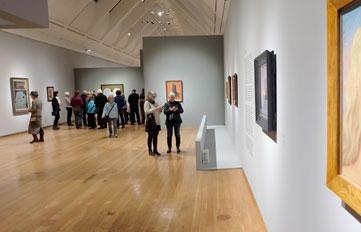 """Ausstellungsansicht """"MAGRITTE DER VERRAT DER BILDER"""" Schirn Kunsthalle Frankfurt. Rechts: René Magritte """"Die Vergewaltigung"""", Öl auf Leinwand. Centre Pompidou, Musée national d'art modere, Paris. Foto: Diether v. Goddenthow"""