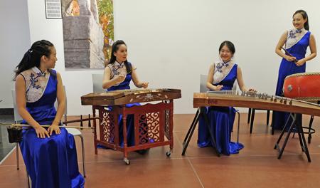 Das Ensemble vom Musik- und Tanzgheater Xi'an JIANG Yi (Erhu), HUA Wei (Hackbrett), ZHANG Sisi (Guzheng, LIU Yimeng (Suona). Foto: Diether v. Goddenthow © atelier-goddenthow