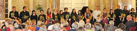 Zum Abschluss gab es für jeden eine Sonnenblume und viel Applaus. Foto: Diether v. Goddenthow