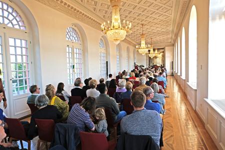 So voll war es noch nie bei einem Rotundenkonzert. In der Pause gab's ein Glas Sekt. Foto: Diether v. Goddenthow