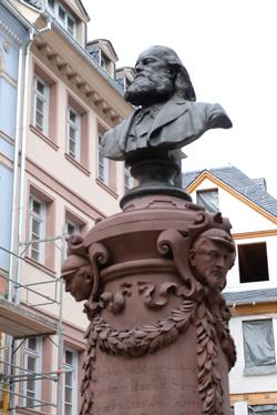 Stoltze, der Mode seiner Zeit entsprechend, könnte man leicht mit Karl Marx verwechseln. Im Stoltze war Freigeist. Foto: Diether v. Goddenthow