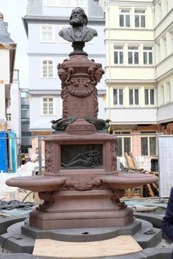 Der restaurierte Stoltzebrunnen steht wieder an seinen angestammten Platz. Foto: Diether v. Goddenthow