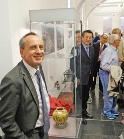 Kulturminister Prof. Dr. Konrad Wolf und Dr. Wang Yongkang, Oberbürgermeister von Xi'an enthüllen gemeinsam eine der Vitrinen mit den wertvollen Repliken. Foto: Diether v. Goddenthow © atelier-goddenthow