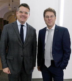 Kunst- und Kulturminister Boris Rhein (li). freut sich mit Museumsdirektor Dr. Alexander Klar über das gute Gelingen dieser Ausstellung. Foto: Diether v. Goddenthow