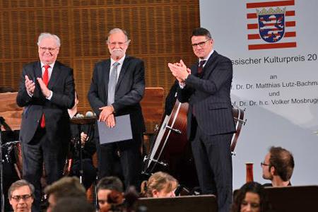Wissenschaftsminister Boris Rhein verlieh Prof. Dr. Dr. Lutz-Bachmann (li.) und Prof. Dr. Dr. Mosbrugger den Hessischen Kulturpreis 2017. © kunst.hessen.de / Sabrina Feige