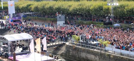 Eine der zahlreichen Event-Bühnen, die ZDF-Bühne am Rhein mit einem hochkarätigen Programm, zog Tausende in ihren Bann. Foto: Diether v. Goddenthow