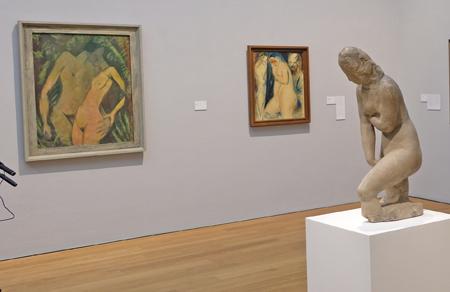 """Skulptur """"Die Badende"""" und im Hintergrund das Bild """"Susanna im Bade"""" (1913) von Wilhelm Lehmbruck (1881– 1919) Foto: Diether v. Goddenthow"""