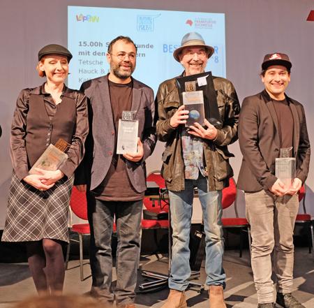 v.li.: Katharina Greve, dritter Preis, Cartoonisten-Duo Hauck & Bauer, zweiten Platz, und dazwische, zweiter von rechts: Fred Tödter alias Tetsche, erster Preis. Foto: Diether v. Goddenthow