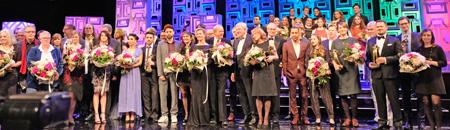 Abschlussbild aller Preisträger, Laudatoren, und Juroren des Hessischen Film- und Kinopreises bei der Verleihungs-Gala am 13.10.2017 in der Alten Oper Frankfurt am Main. Foto: Diether v. Goddenthow