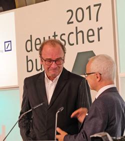 Heinrich Riethmüller, Vorsteher des Börsenvereins des Deutschen Buchhandels überreicht Robert Menasse die Urkunde des Deutschen Buchpreises 2017. Foto: Diether v. Goddenthow