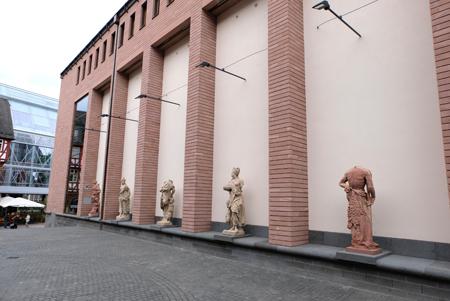 Ein kleiner Ausschnitt aus der Skulpturengalerie zum Museumsplatz hin. Foto: Diether v. Goddenthow